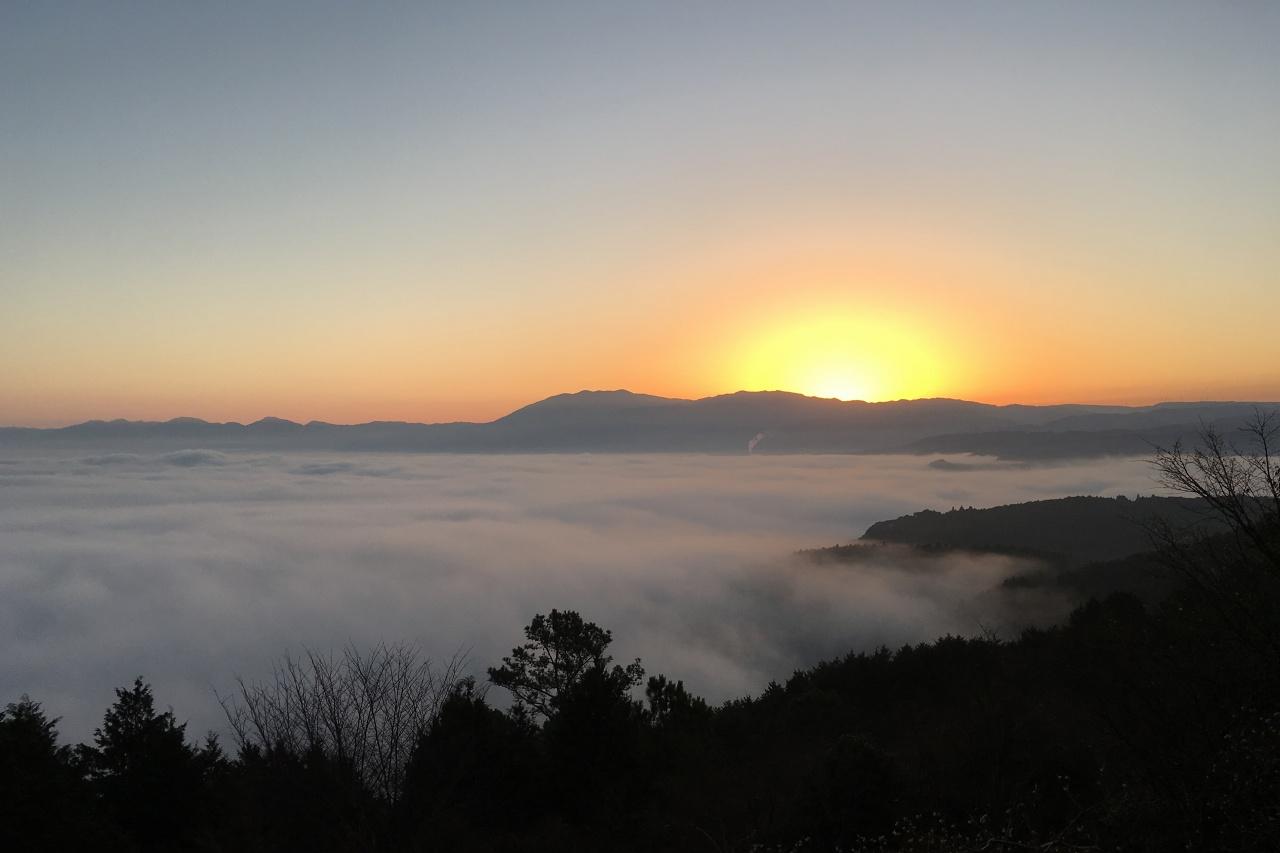 紅取丘から眺めた雲海の人吉盆地
